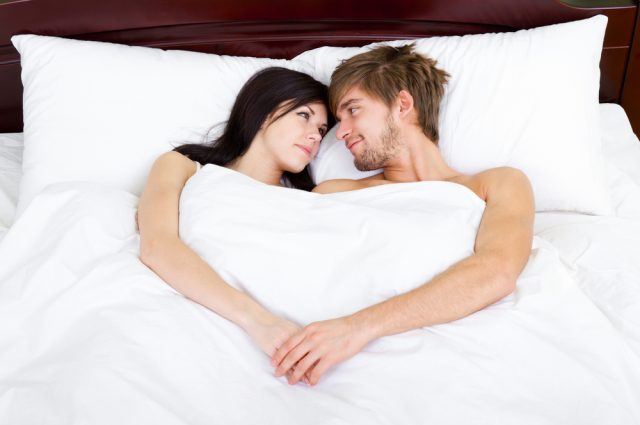 ベッドで語らうカップル